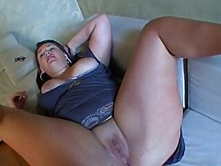 Brune a forte poitrine qui veut baiser in two shakes of a lamb's tail ! French amateur